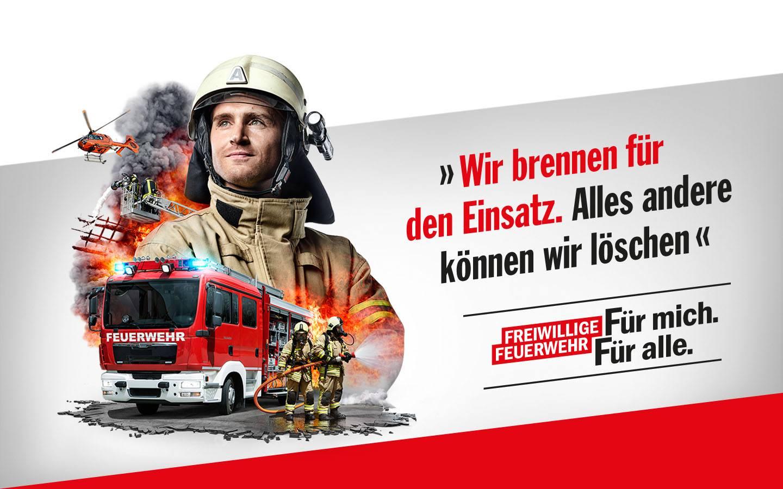 Feuerwehrmann. Dahinter Hubschrauber und Einsatzkräfte mit Löschfahrzeug. Schriftzug: Wir brennen für den Einsatz. Alles andere können wir löschen. Freiwillige Feuerwehr: Für mich. Für alle.