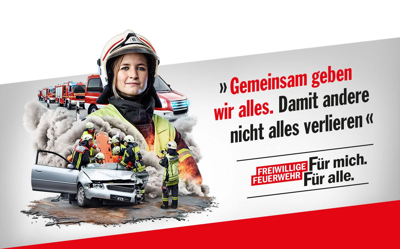Eine Feuerwehrfrau im Vordergrund. Dahinter ein Rettungs- und Bergungseinsatz der Feuerwehr. Auf dem Bild steht: Gemeinsam geben wir alles. Damit andere nicht alles verlieren. Für mich. Für alle.
